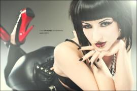 Verity Vian Model Vamp schwarzhaarig Kreuz Femme Fatale