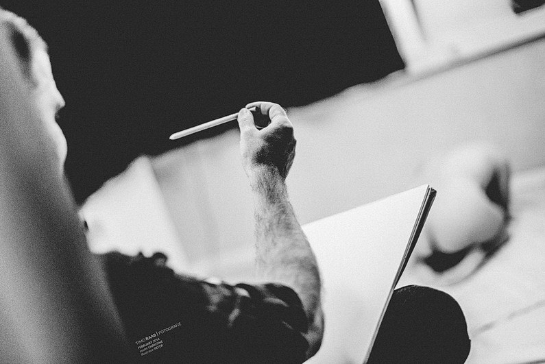 Akt, Aktmodel, Aktzeichnen, Aschaffenburg, Brust, Brüste, Dokumentation, Fotografie, Fotoreportage, Frau, Frauen, Körnung, Model, Nackt, Offenblende, ohne klamotten, Reportage, Schwarzweiß, Tiefenschärfe, Unscharf, Zeichnen, Zeichner (5)