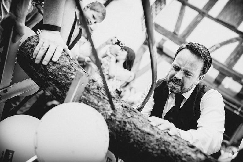 Aschaffenburg, Fotografie, Frankfurt, Großostheim, Gruppenbild, Hochzeit, Hochzeiten, Hochzeitsbilder, Hochzeitsfotograf, Hochzeitsfotos, Hochzeitsmakeup, Hochzeitsreportage, Hochzeitstorte, profesionelle Hochzeitsbilder, professioneller Hochzeitsfotograf, Reportage, Rhein-Main-Gebiet, Romantisch, Schloß Weiler, Sektempfang, Sommerhochzeit, Sonnenstrahlen, Standesamt, Streuobstwiese, süss, Verträumt, Vintage, Wedding, Weiler (25)