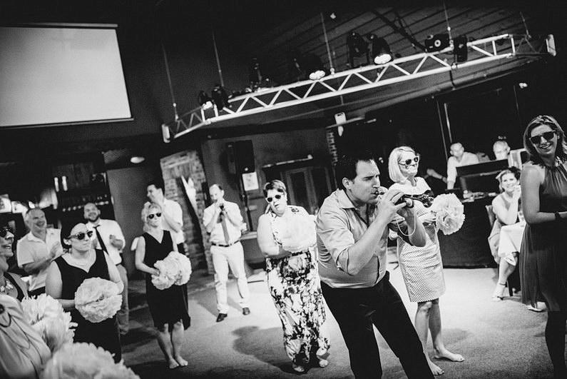 Aschaffenburg, Fotografie, Frankfurt, Großostheim, Gruppenbild, Hochzeit, Hochzeiten, Hochzeitsbilder, Hochzeitsfotograf, Hochzeitsfotos, Hochzeitsmakeup, Hochzeitsreportage, Hochzeitstorte, profesionelle Hochzeitsbilder, professioneller Hochzeitsfotograf, Reportage, Rhein-Main-Gebiet, Romantisch, Schloß Weiler, Sektempfang, Sommerhochzeit, Sonnenstrahlen, Standesamt, Streuobstwiese, süss, Verträumt, Vintage, Wedding, Weiler (35)
