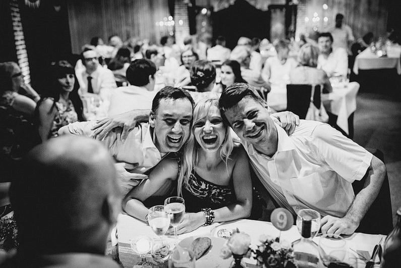Aschaffenburg, Fotografie, Frankfurt, Großostheim, Gruppenbild, Hochzeit, Hochzeiten, Hochzeitsbilder, Hochzeitsfotograf, Hochzeitsfotos, Hochzeitsmakeup, Hochzeitsreportage, Hochzeitstorte, profesionelle Hochzeitsbilder, professioneller Hochzeitsfotograf, Reportage, Rhein-Main-Gebiet, Romantisch, Schloß Weiler, Sektempfang, Sommerhochzeit, Sonnenstrahlen, Standesamt, Streuobstwiese, süss, Verträumt, Vintage, Wedding, Weiler (36)