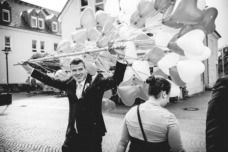 Aschaffenburg, Fotografie, Frankfurt, Großostheim, Heimbuchenthal, Hochzeit, Hochzeiten, Hochzeitsbilder, Hochzeitsfotograf, Hochzeitsfotos, Hochzeitsmakeup, Hochzeitsreportage, Kirche, kirchliche Trauung, profesionelle Hochzeitsbilder, professioneller Hochzeitsfotograf, Regen, Regenhochzeit, Reportage, Rhein-Main-Gebiet, Romantisch, Sektempfang, Spessart, Standesamt, Verträumt, Wedding, Weingut Höflich (20)