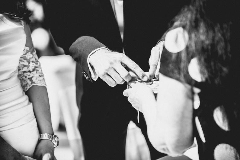 Aschaffenburg, Braut, Bräutigam, Brautstrauß, Brautstraussliebe, First Look, Fotografie, freie Trauung, Hochzeit, Hochzeiten, Hochzeitsbilder, Hochzeitsfotograf, Hochzeitsfotos, Hochzeitsmakeup, Hochzeitsreportage, Männerballett, Party, profesionelle Hochzeitsbilder, professioneller Hochzeitsfotograf, Reportage, Rhein-Main-Gebiet, Romantisch, Rothenbuch, Sand, Sandstrand, Schloss Johannisburg, Schloßpark, Sommerhochzeit, Spechtshaardt, Strand, Strandhochzeit, Unter freiem Himmel, Wedding (17)