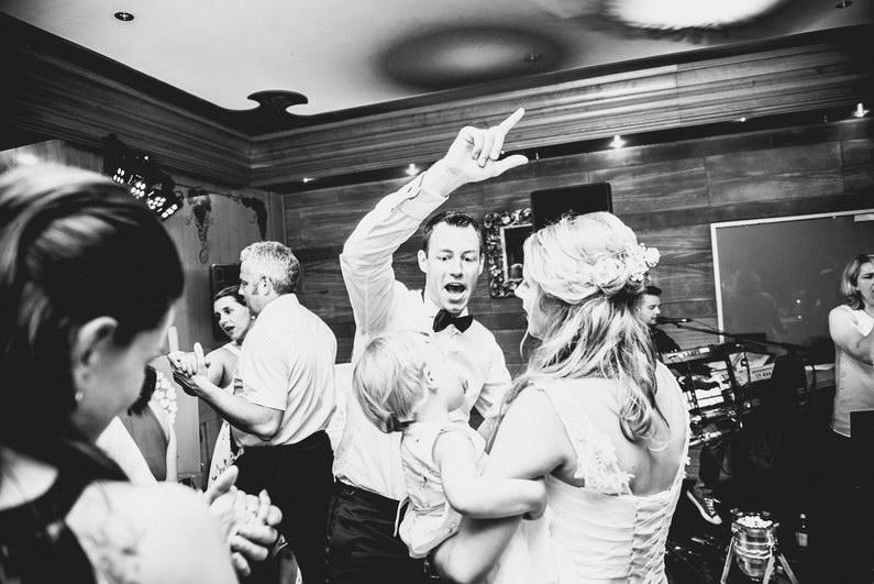 Aschaffenburg, Braut, Bräutigam, Brautstrauß, Brautstraussliebe, First Look, Fotografie, freie Trauung, Hochzeit, Hochzeiten, Hochzeitsbilder, Hochzeitsfotograf, Hochzeitsfotos, Hochzeitsmakeup, Hochzeitsreportage, Männerballett, Party, profesionelle Hochzeitsbilder, professioneller Hochzeitsfotograf, Reportage, Rhein-Main-Gebiet, Romantisch, Rothenbuch, Sand, Sandstrand, Schloss Johannisburg, Schloßpark, Sommerhochzeit, Spechtshaardt, Strand, Strandhochzeit, Unter freiem Himmel, Wedding (31)