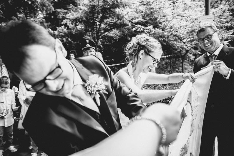 After Wedding, After-Wedding-Shooting, Aschaffenburg, Baumstammsägen, Braut, Bräutigam, Brautstrauß, Brautstraussliebe, Feuerwehr, First Look, Fotografie, freiwillige Feuerwehr, Goldene Krone, Groß-Umstadt, Großostheim, Herz ausschneiden, Hochzeit, Hochzeiten, Hochzeitsbilder, Hochzeitsfotograf, Hochzeitsfotos, Hochzeitsmakeup, Hochzeitsreportage, Kirche, kirchliche Trauung, Party, Pfarrer, profesionelle Hochzeitsbilder, professioneller Hochzeitsfotograf, Reportage, Rhein-Main-Gebiet, Romantisch, Rot, Schaafheim, Sommerhochzeit, Wedding (6)