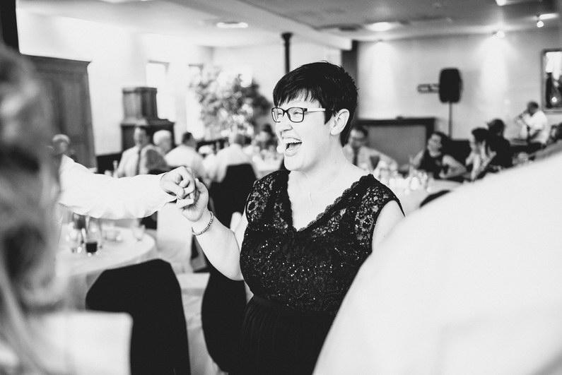 After Wedding, After-Wedding-Shooting, Aschaffenburg, Baumstammsägen, Braut, Bräutigam, Brautstrauß, Brautstraussliebe, Feuerwehr, First Look, Fotografie, freiwillige Feuerwehr, Goldene Krone, Groß-Umstadt, Großostheim, Herz ausschneiden, Hochzeit, Hochzeiten, Hochzeitsbilder, Hochzeitsfotograf, Hochzeitsfotos, Hochzeitsmakeup, Hochzeitsreportage, Kirche, kirchliche Trauung, Party, Pfarrer, profesionelle Hochzeitsbilder, professioneller Hochzeitsfotograf, Reportage, Rhein-Main-Gebiet, Romantisch, Rot, Schaafheim, Sommerhochzeit, Wedding (16)