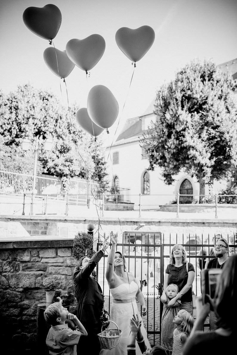 Aschaffenburg, Braut, Bräutigam, Bully, Fotografie, Gotisches Haus, Großostheim, Hochzeit, Hochzeiten, Hochzeitsbilder, Hochzeitsfotograf, Hochzeitsfotos, Hochzeitsmakeup, Hochzeitsreportage, profesionelle Hochzeitsbilder, professioneller Hochzeitsfotograf, Reportage, Rhein-Main-Gebiet, Romantisch, Sektempfang, Sommerhochzeit, Standesamt, standesamtliche Hochzeit, standesamtliche Trauung, Standesbeamter, VW, Wedding (35)