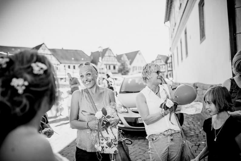Aschaffenburg, Braut, Bräutigam, Bully, Fotografie, Gotisches Haus, Großostheim, Hochzeit, Hochzeiten, Hochzeitsbilder, Hochzeitsfotograf, Hochzeitsfotos, Hochzeitsmakeup, Hochzeitsreportage, profesionelle Hochzeitsbilder, professioneller Hochzeitsfotograf, Reportage, Rhein-Main-Gebiet, Romantisch, Sektempfang, Sommerhochzeit, Standesamt, standesamtliche Hochzeit, standesamtliche Trauung, Standesbeamter, VW, Wedding (38)