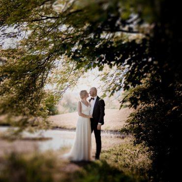 Brautpaar im Gegenlicht beim Hochzeitsshooting