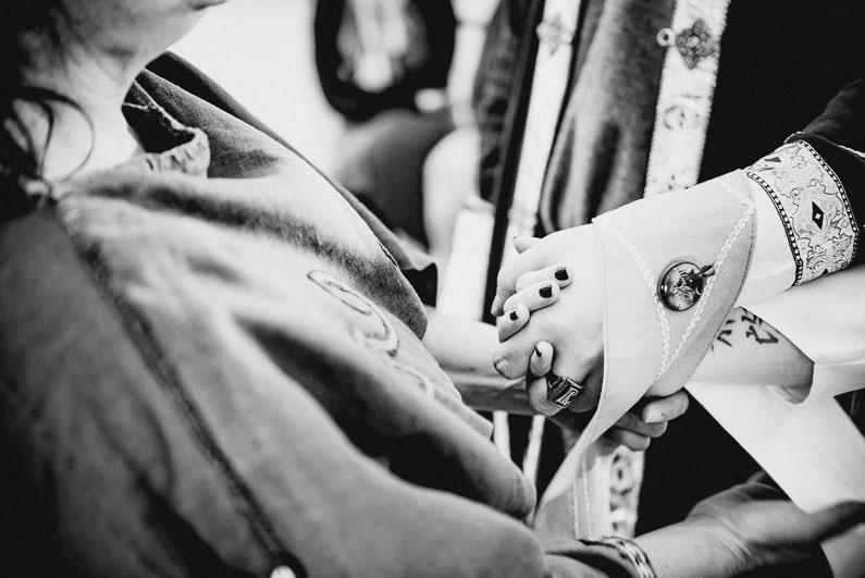 Anders, Braut, Bräutigam, Brautstrauß, Brautstraussliebe, Deko, Dekoration, Fotografie, freie Trauung, Freudentränen, Getting Ready, Gießen, heidnische Trauung, Hessen, Hochzeit, Hochzeiten, Hochzeitsbilder, Hochzeitsdeko, Hochzeitsfotograf, Hochzeitsfotos, Hochzeitsliebe, Hochzeitsmakeup, Hochzeitsreportage, Idyllisch, Intim, LARP, Marburg, Mittelalter, profesionelle Hochzeitsbilder, professioneller Hochzeitsfotograf, Reportage, Romantisch, Rundumsorglos, Schloss Romrod, Sonnenstrahlen, süss, Trauredner, unkonventionell, Verträumt, Wedding (30)