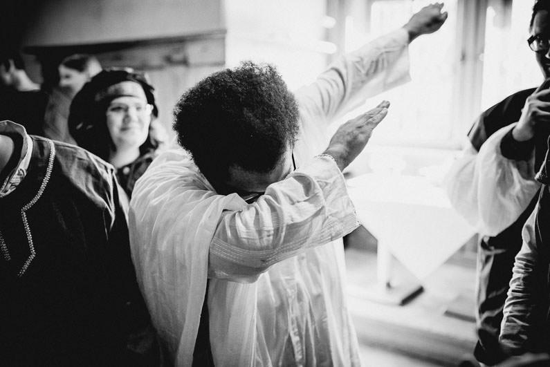 Anders, Braut, Bräutigam, Brautstrauß, Brautstraussliebe, Deko, Dekoration, Fotografie, freie Trauung, Freudentränen, Getting Ready, Gießen, heidnische Trauung, Hessen, Hochzeit, Hochzeiten, Hochzeitsbilder, Hochzeitsdeko, Hochzeitsfotograf, Hochzeitsfotos, Hochzeitsliebe, Hochzeitsmakeup, Hochzeitsreportage, Idyllisch, Intim, LARP, Marburg, Mittelalter, profesionelle Hochzeitsbilder, professioneller Hochzeitsfotograf, Reportage, Romantisch, Rundumsorglos, Schloss Romrod, Sonnenstrahlen, süss, Trauredner, unkonventionell, Verträumt, Wedding (40)