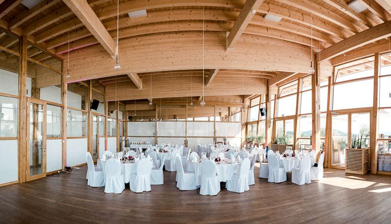 Saal Feier Dekoration weiß Tische Stühle Hochzeit Lampen Essen Trinken