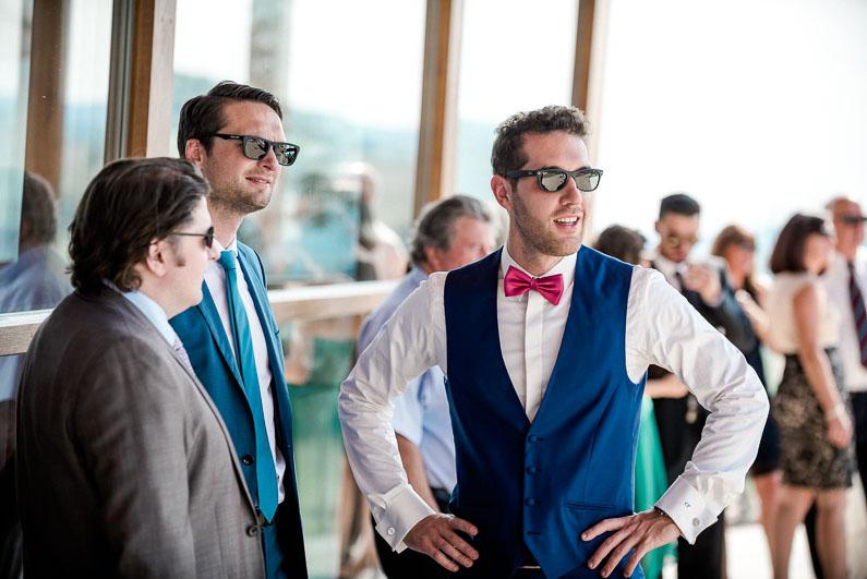 Männer Gäste Gespräch Sonnenbrillen Fliege Krawatte Sonne Hochzeit Spaß