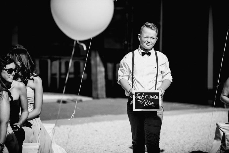 Kind Junge Schild Luftballon Hochzeit Spruch cool Sonne Fliege Hosenträger Gäste