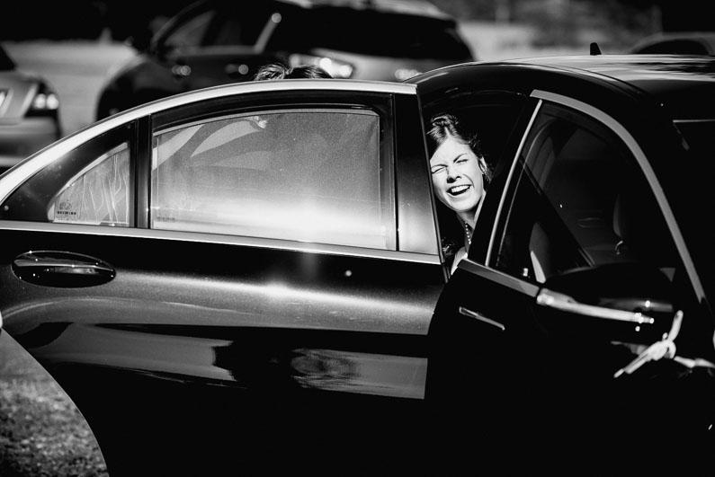 Auto schwarz Tür Frau Sonne geblendet Hochzeit Spaß warm Sommer