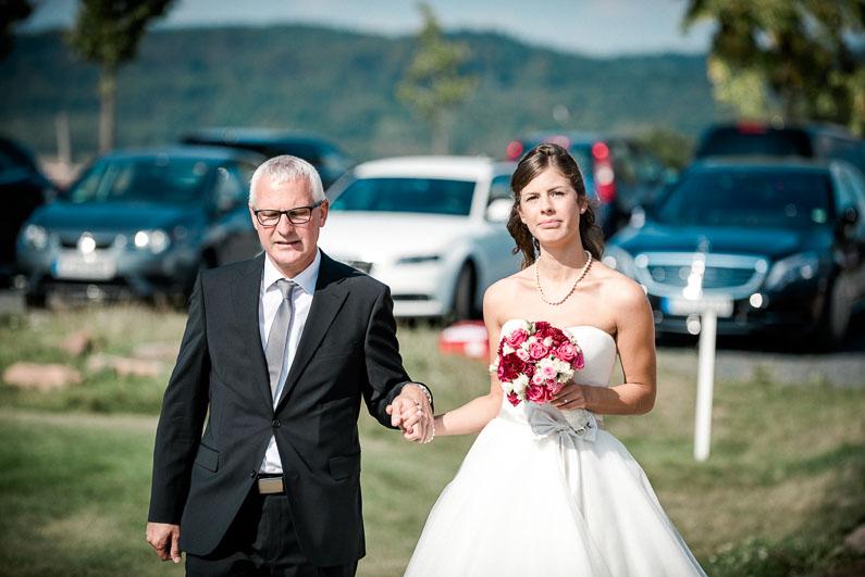 Vater Tochter Einzug schön Brautstrauß Hochzeit Brautkleid Familie Aufregung
