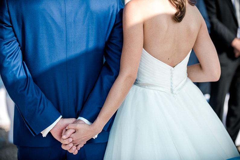 Liebe romantisch Mann Frau Ehepaar Hochzeit Kleid Anzug Händchen halten