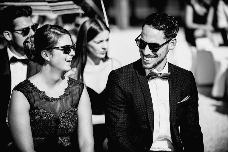 Gäste Frau Mann Sonnenbrillen heiß Sommer Kleider Anzüge Fliege lachen Stimmung