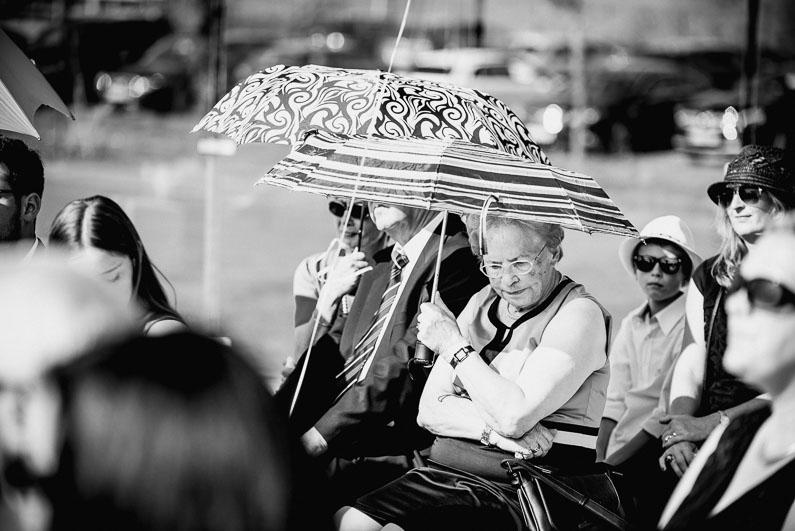 Sonnenschirme Sommer heiß Hochzeit Gäste Oma Kinder Frau Mann Trauung
