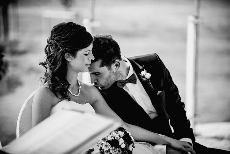 Kuss Liebe Zärtlichkeit Bräutigam Braut Harmonie Trauung Aufregung Blumen