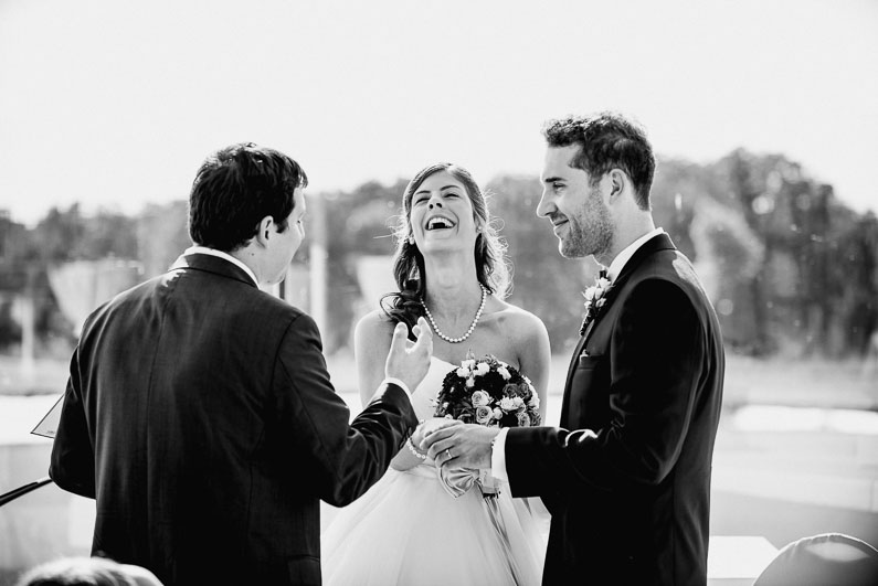 Lachen Hochzeit Freude Stimmung Liebe Männer Frauen Trauredner Blumenstrauß