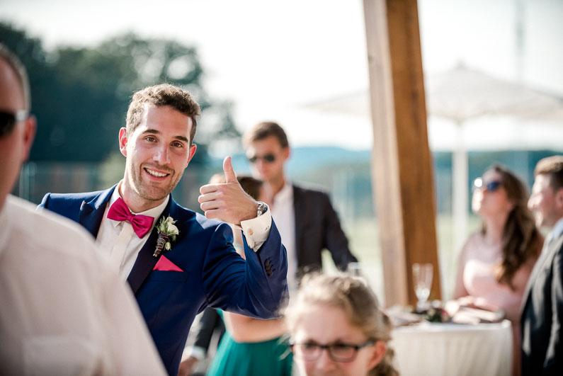 Bräutigam Freude Spaß Fotografie Fest Feier Hochzeit Daumen Geste Gäste