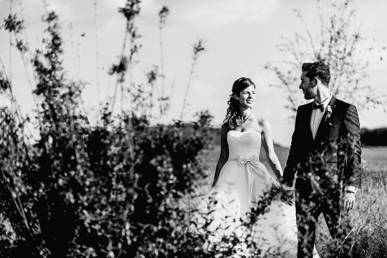 Büsche grün Sommer Shooting Mann&Frau Liebe Händchen halten Fotos