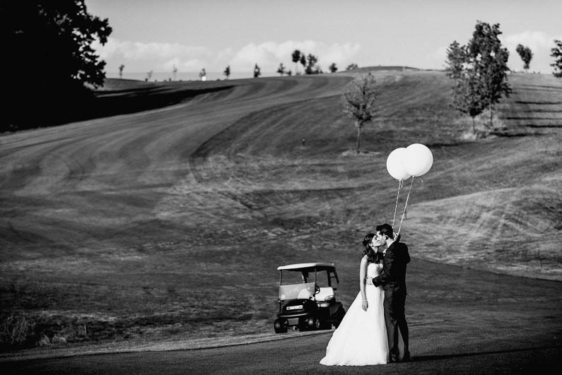 Golf Wiese Bäume grün Sommer Sonne Brautpaar Shooting Luftballons Auto