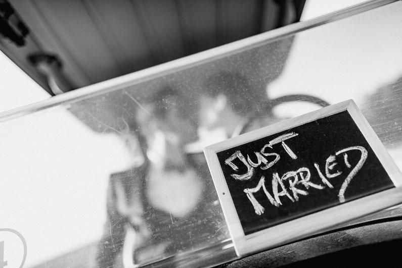 Schild Spruch Englisch Schrift Hochzeit Dekoration Kuss Brautpaar Liebe