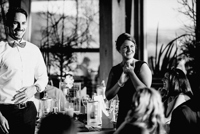 Rede Applaus schwarz weiß Gäste Feier Essen Geschirr Kerzen Dekoration