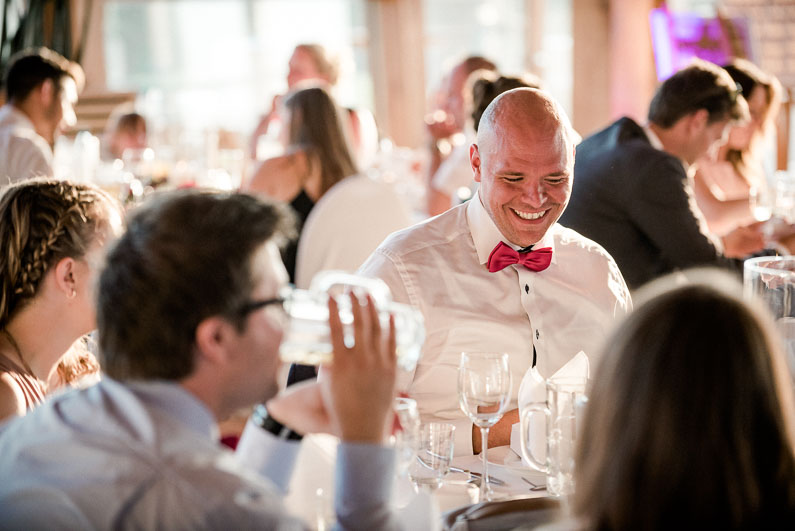 Lachen Männer Frauen Spaß Feier Essen Menü Witz Fliege pink Gläser Frisur
