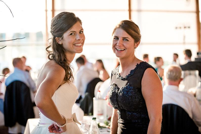 Frauen Gespräch lachen Freude Stimmung Hochzeit schön Feier Kleider chic