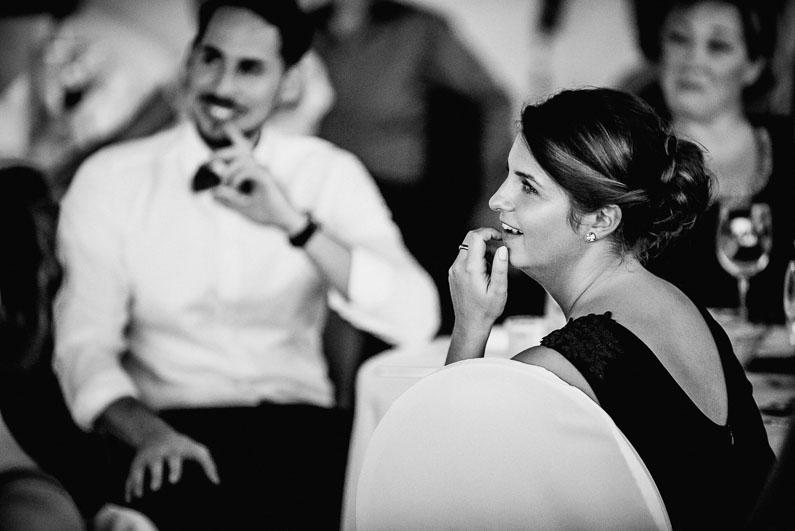 Männer Frauen Gäste Rede Überlegen zuhören Frisur Fliege Hemd Hochzeit