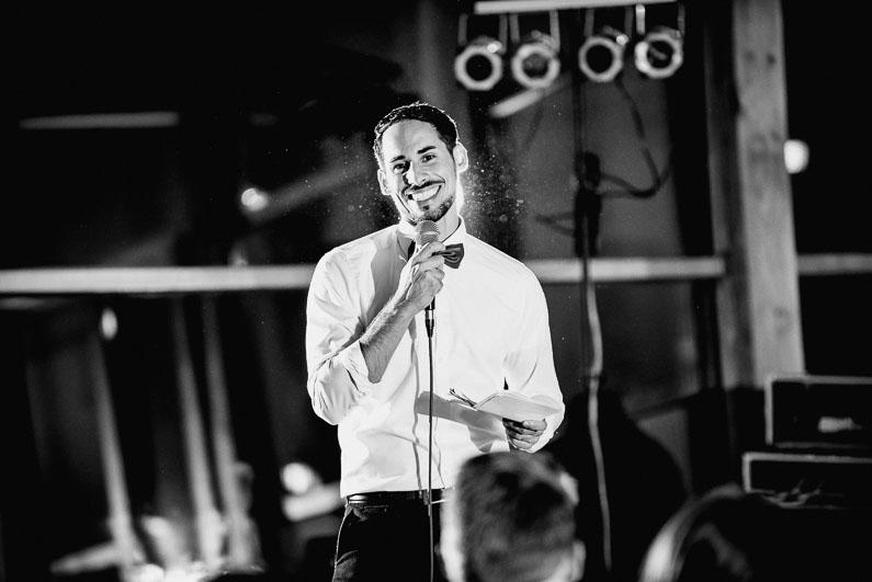 Mann Bräutigam schwarz weiß dunkel Abend Leuchter Rede lachen Stimmung