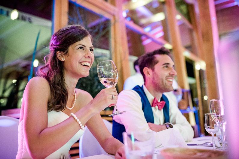 Alkohol Hochzeit Feier Brautpaar Perlenkette Fliege Location Abend Rede
