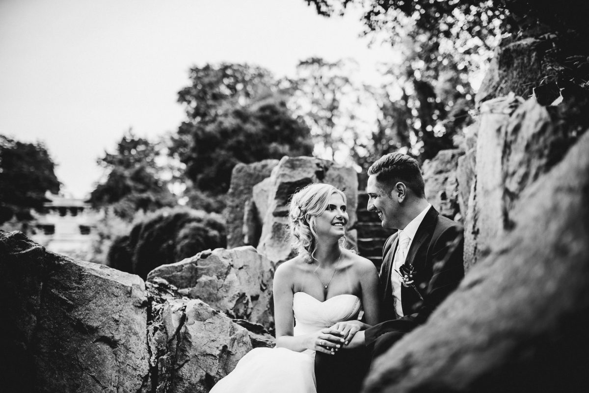 Shooting Liebe Pose Harmonie Kleid Anzug Zärtlichkeit lachen Ehepaar
