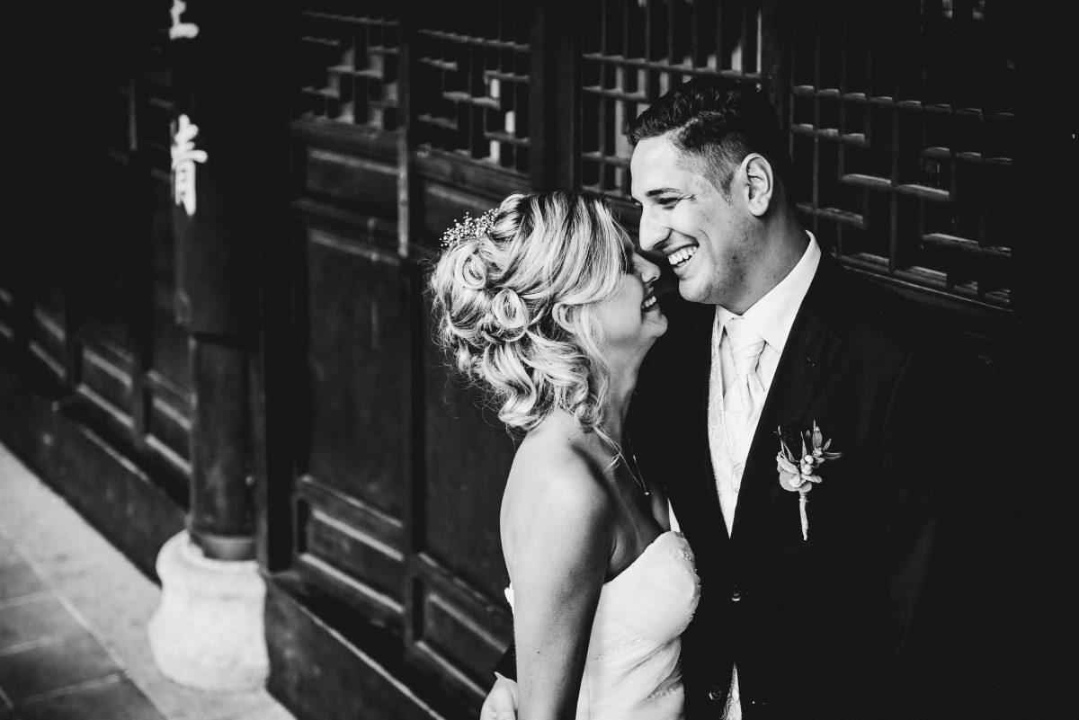 Paar Liebe lachen schwarz weiß Shooting Harmonie Stimmung Frisur Locken