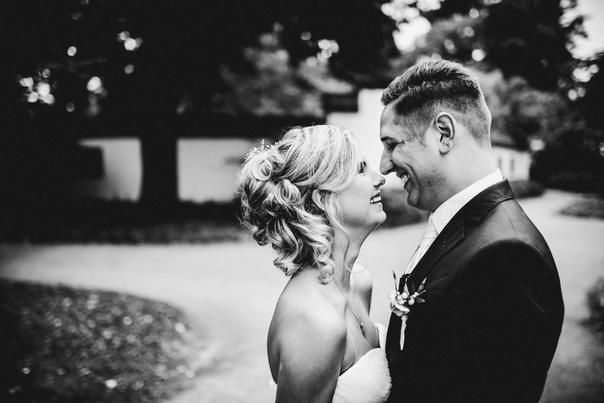 Liebe Kuss lachen After Wedding Shooting Harmonie Ehe Bilder Blumen Frisur