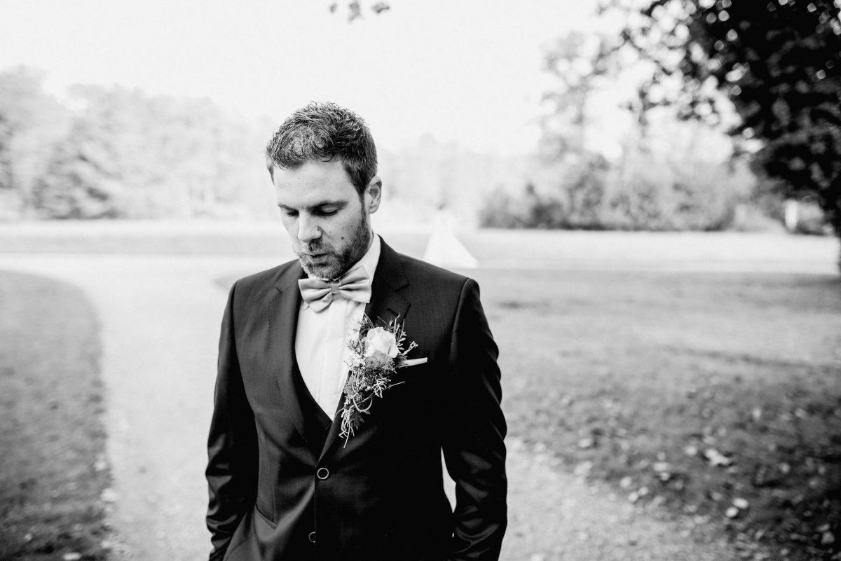 Bräutigam Augenblick Überraschung Braut Park Aufregung Ansteckblumen