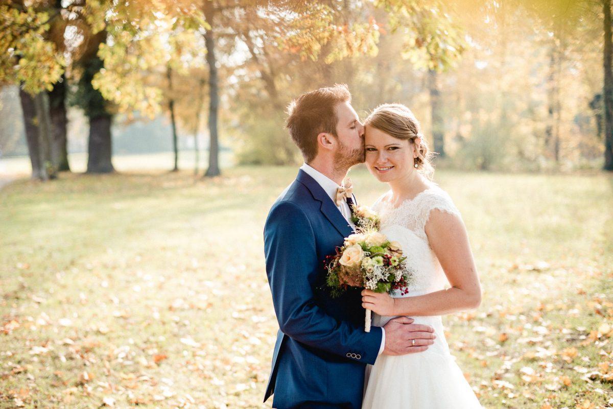 Herbst Hochzeit braun gelb Blätter Park Liebe Kuss Zärtlichkeit Brautstrauß