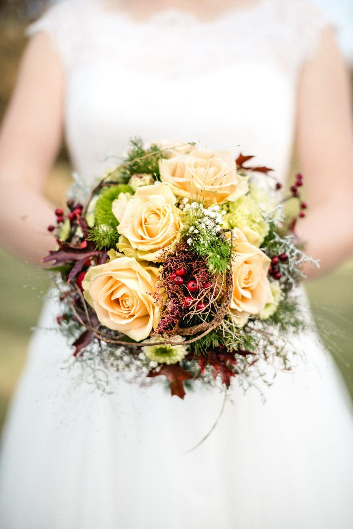 Brautstrauß Herbst Braut Shooting Brautkleid weiß Blumen Rosen