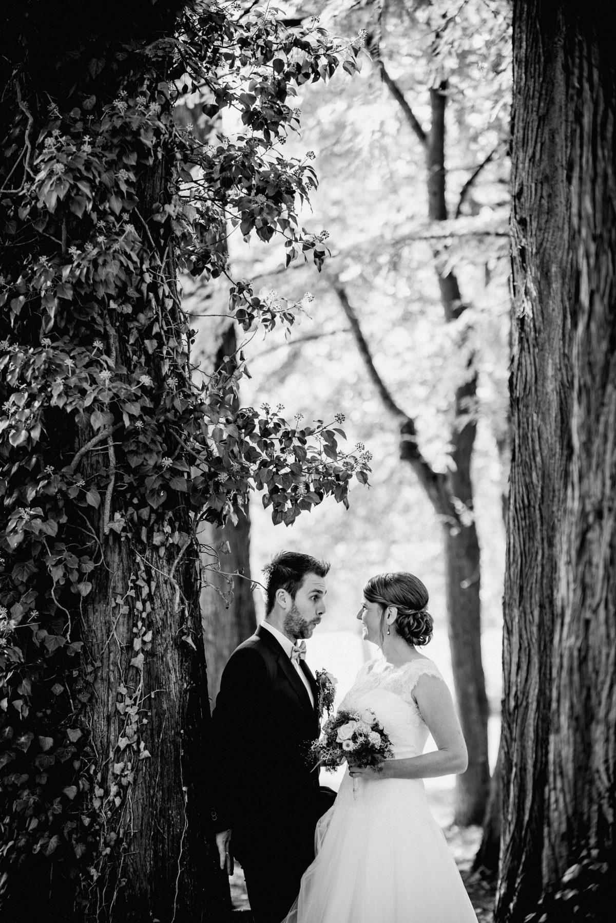 Spaß Grimasse lachen Bäume Park Blätter schwarz weiß Brautpaar