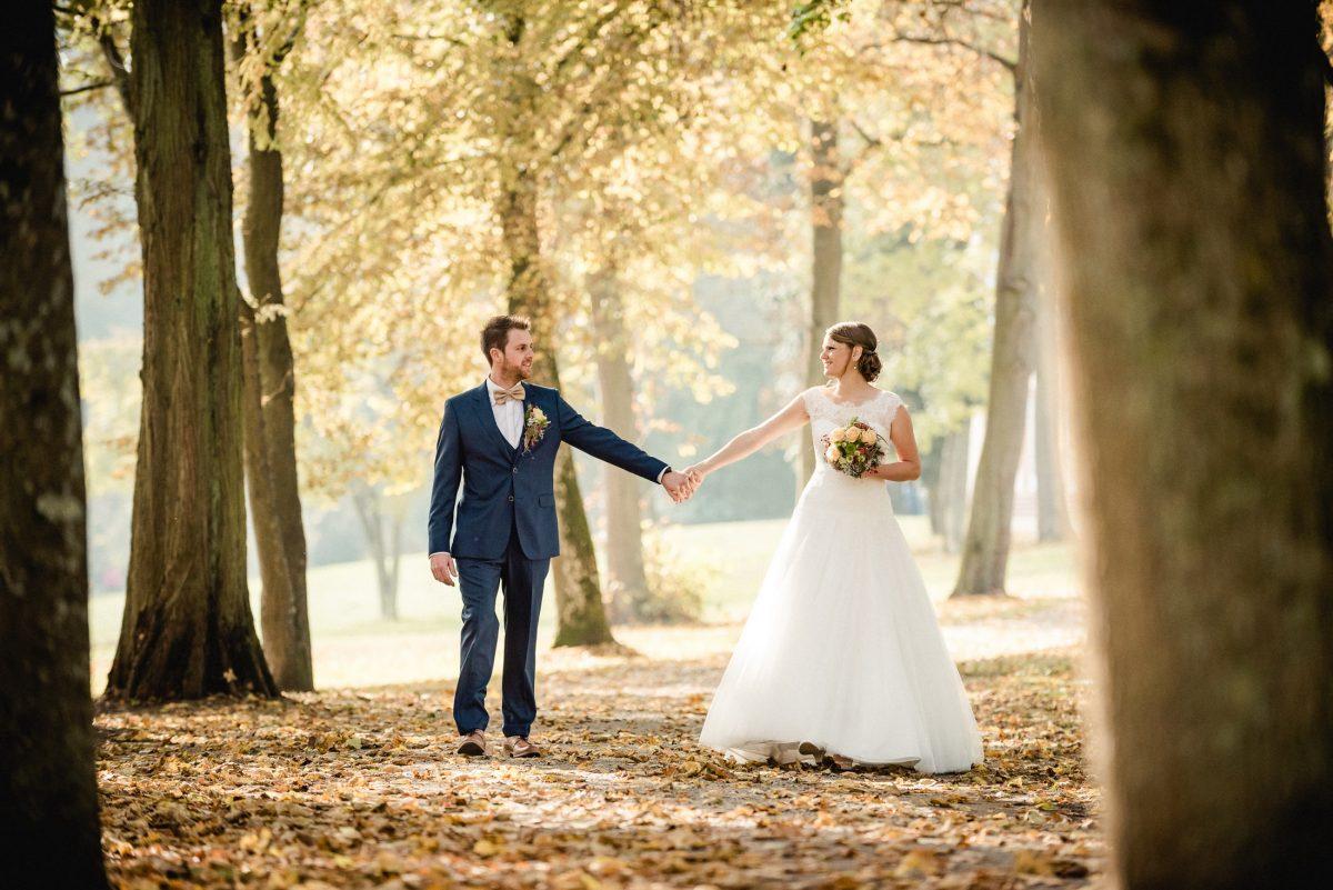 Hände Liebe Zusammenhalt Team Braut Bräutigam Brautstrauß Herbst Blätter