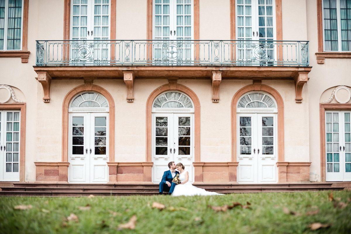 Gebäude Kuss Liebe Hochzeit Niedernberg Brautkleid weiß Anzug Paar