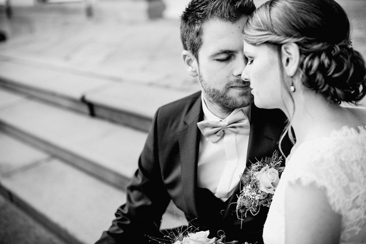 Momente Liebe Ehe Paarshooting Schmuck Fliege Blumen schwarz weiß