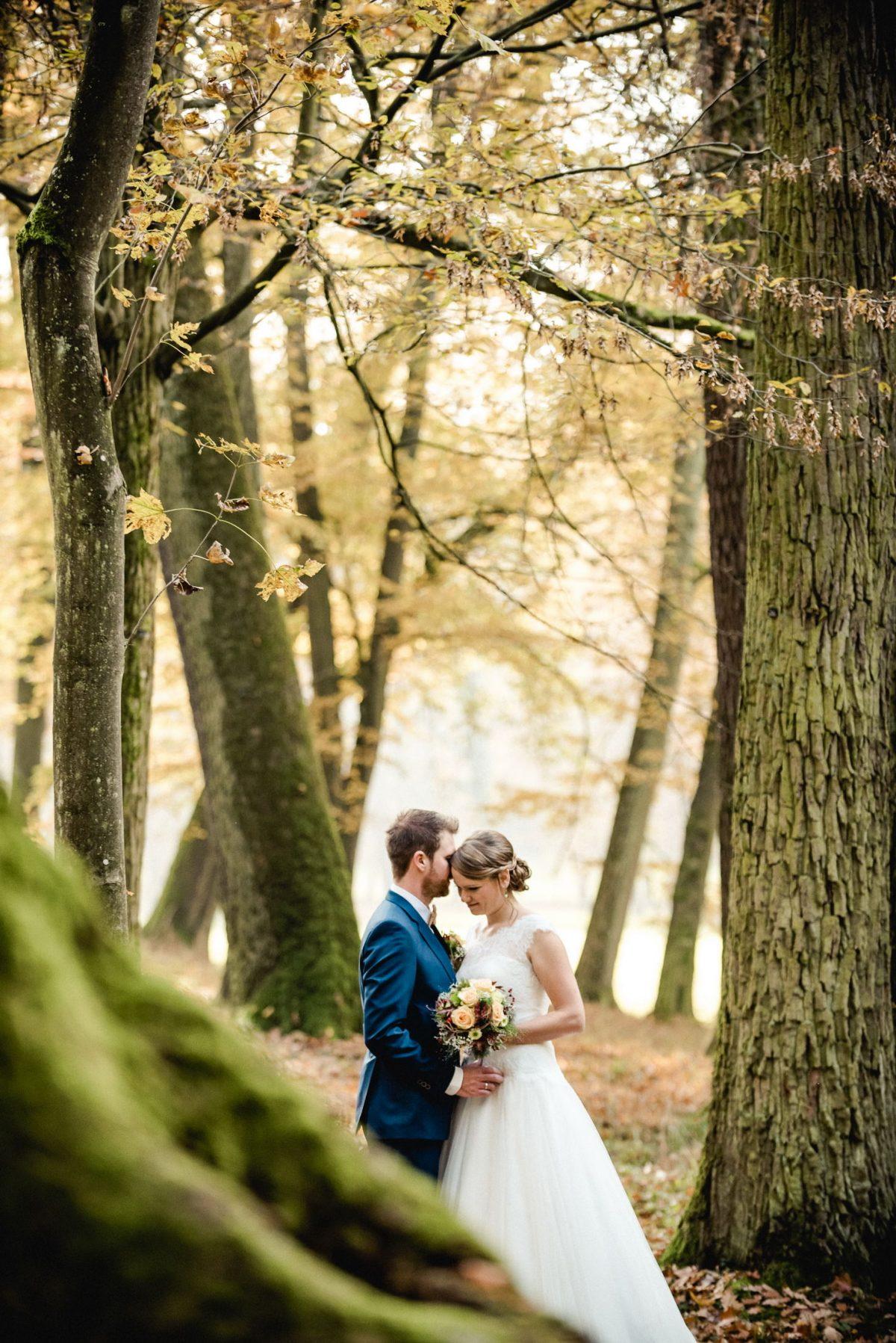 Park Blätter Herbst orange gelb braun Natur Ehe Liebe Mann Frau