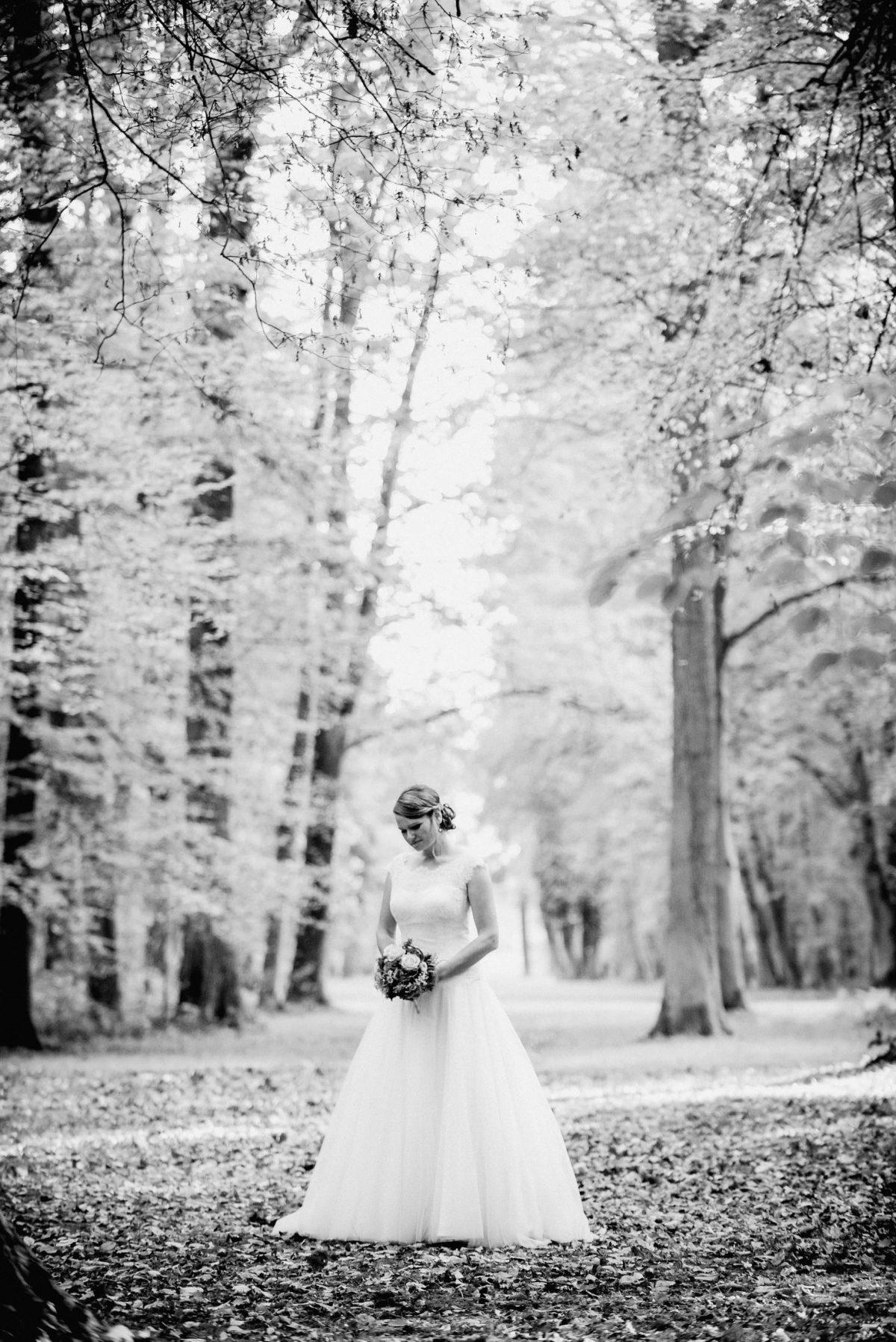 Braut Mitte Wald Bäume schwarz weiß Blumen andächtig romantisch