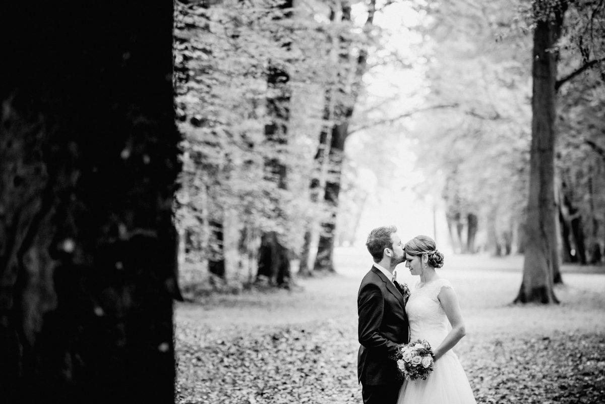 Ehe Paar Liebe Blumen Strauß Kuss Zärtlichkeit schwarz weiß Herbst