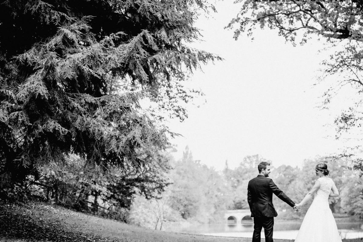 Shooting Liebe Hochzeit Schönbusch schwarz weiß Natur Hände Lachen