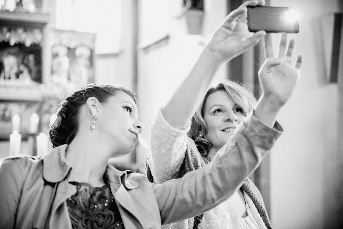 Gäste Frauen Selfie Handy Foto Erinnerungen Spaß Ohrringe Kleid Bluse